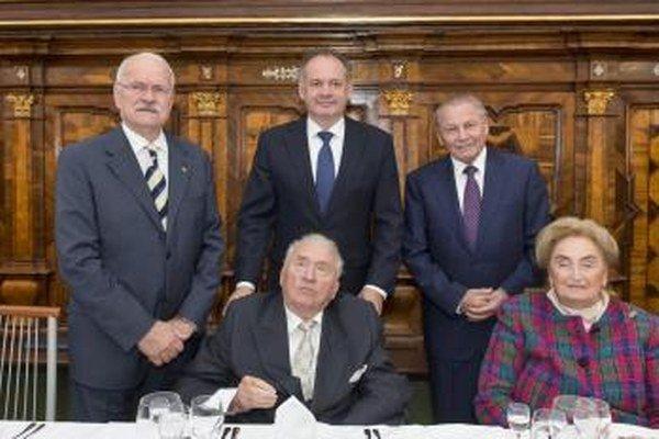 Stretnutie prezidentov Slovenskej republiky pri  príležitosti 85. narodenín prvého prezidenta  SR Michala Kováča (dole vľavo), ktoré oslávil 5. augusta. Vpravo dole manželka Emília Kováčová. V pozadí zľava v poradí tretí prezident SR Ivan Gašparovič