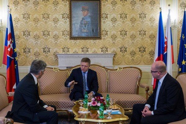 Robert Fico na rokovaní s rakúskym kancelárom Wernerom Faymannom (vľavo) a českým premiérom Bohuslavom Sobotkom (vpravo).