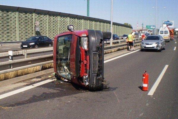 Nedeľná nehoda na diaľnici D1 v Bratislave. Nikto sa nezranil.