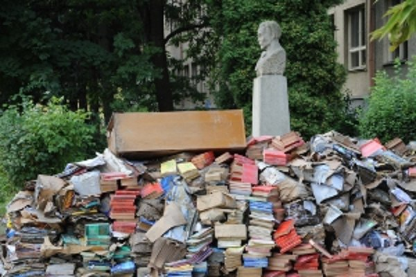 Takto skončili učebnice v zatopenej škole na Ulici S. Chalupku v Prievidzi.