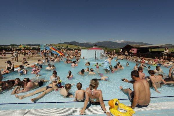 Aj napriek tomu, že sa sezóna v aquaparku Tatralandia začína až 12. júna, prvý júnový víkend ho vďaka horúcemu počasiu navštívilo veľké množstvo ľudí.