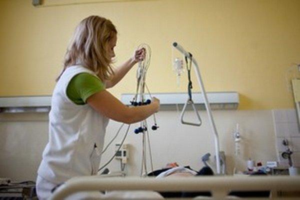 Vláda  a po nej parlament povinnosť platiť zvýšený poplatok preniesli v celom rozsahu na zdravotníckych pracovníkov.