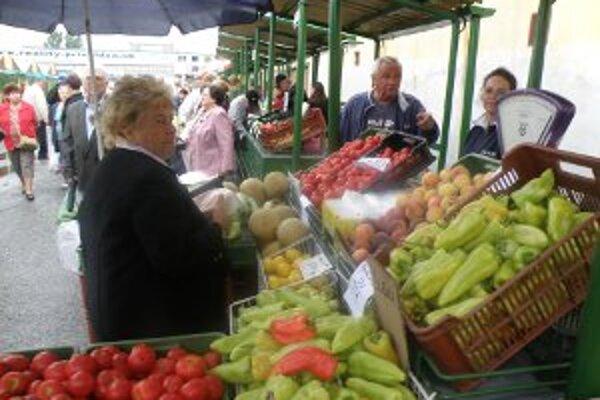 Na tržnicu prišli prví zákazníci hneď po jej otvorení.