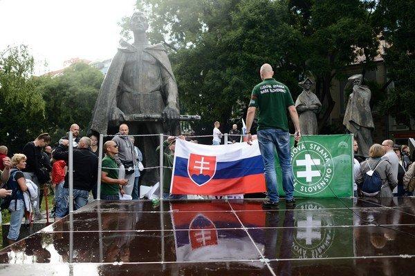 Účastníci protestného zhromaždenia proti prílevu afrických imigrantov do Európy.