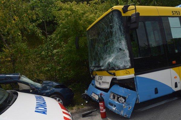 Najvážnejšie zranenia utrpela trojčlenná posádka auta. Najhoršie na tom bolo 15-ročné dievča, ktoré sedelo na mieste spolujazdca.