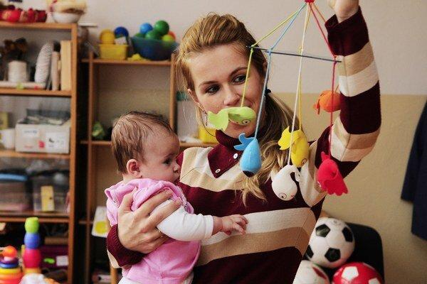 Smernica z roku 1992 stanovuje minimálnu dĺžku materskej dovolenky v EÚ na 14 týždňov.