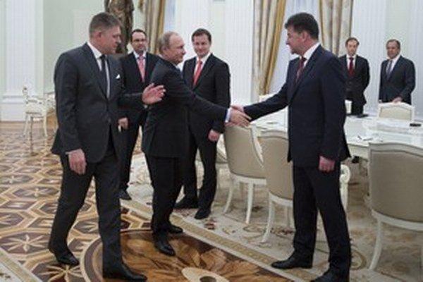 V sankciách proti ruským politikom a diplomatom premiér ani šéf diplomacie  nechcú nasledovať Európsky parlament.