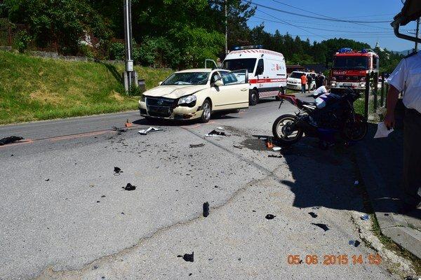 Po zrážke s osobným autom zahynul motocyklista, ktorý mal zákaz viesť motorové vozidlá za jazdu pod vplyvom alkoholu.