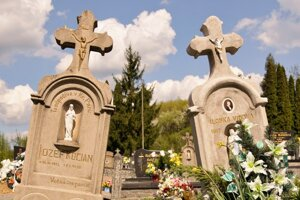 Nie sú to jediné hroby na svete, ktoré sa k sebe nakláňajú, ale príbeh, ktorý je za nimi, je pre ľudí z dediny výnimočný.