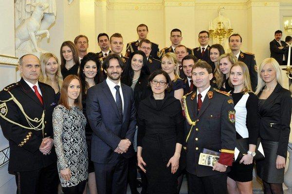 Milan Lučanský (celkom vľavo) s ministrom Robertom Kaliňákom a s budúcimi príslušníkmi policajného zboru.
