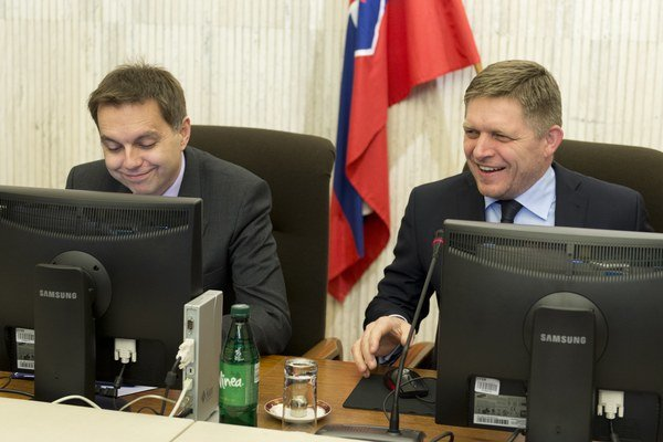 Na snímke premiér Robert Fico (vpravo) a minister financií Peter Kažimír (vľavo).