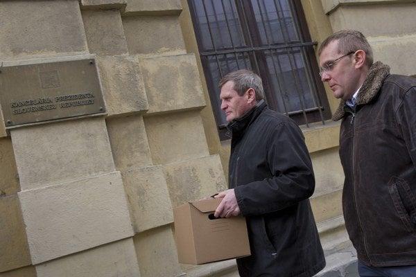 Na snímke členovia petičného výboru vľavo Vladimír Šinák a Radoslav Záhumenský doručujú petíciu na podateľňu Kancelárie prezidenta.