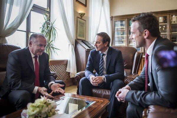 Prezident Kiska prijal bývalých hokejových reprezentantov Petra Bondru (uprostred) a Richarda Lintnera.