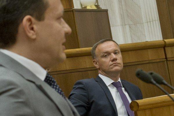 Opozícia sa pokúsi vysloviť nedôveru ministrovi zdravotníctva Viliamovi Čislákovi.
