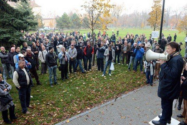 Protest pred domom Pavla Pašku.