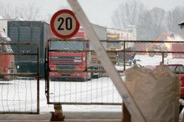 Nebezpečnú látku na výrobu heroínu naložili do kamióna v skladoch pri Dunajskej Strede.
