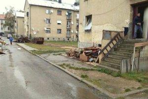 Drevárne, ktoré si pristavili k bytovkám cez víkend zmizli.