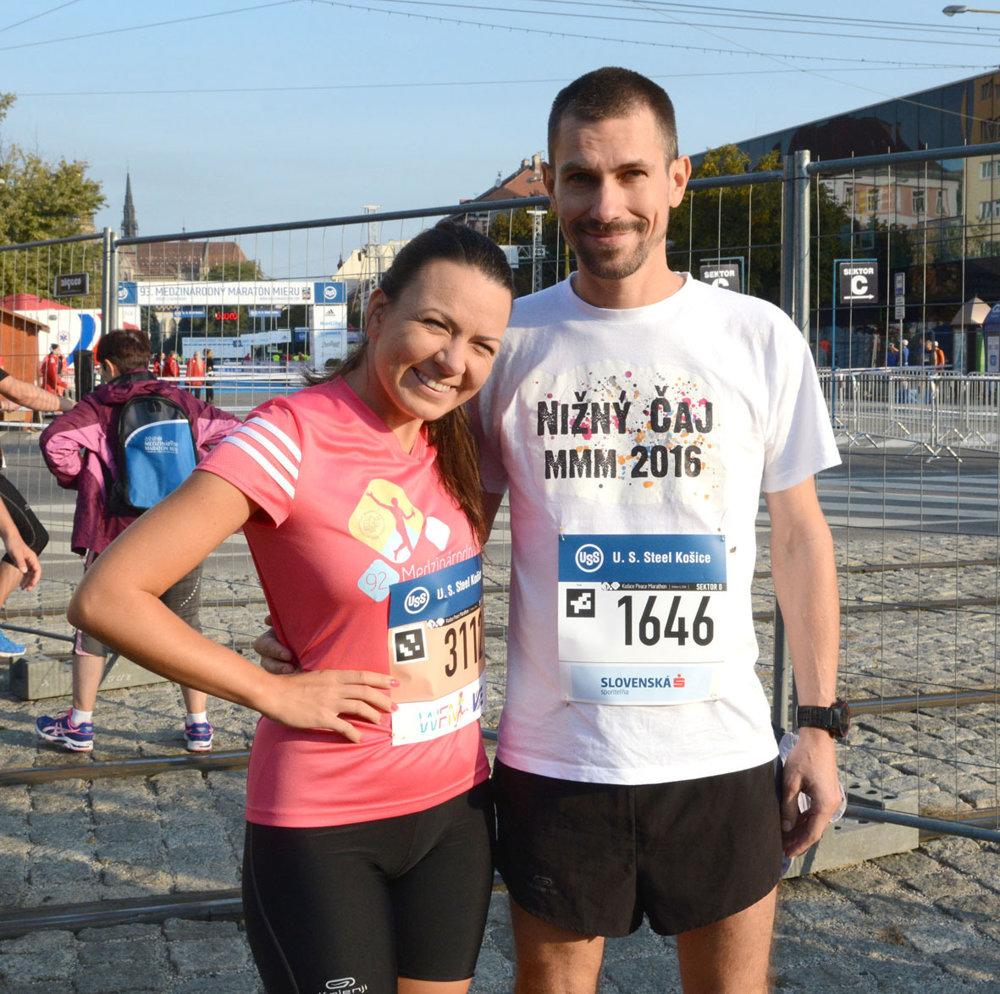 Dvojica športovcov z redakcie Korzára – reportérka Katka Gécziová a šéfredaktor Jaro Vrábeľ. Katka dala polmaratón, Jaro sa vytrápil na maratónskej trati. Dúfame, že je v poriadku, pretože od nedele sa v redakcii neukázal.
