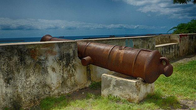 V okolí mesta Praia bolo kedysi rozostavených 49 diel na ochranu mesta a prístavu.