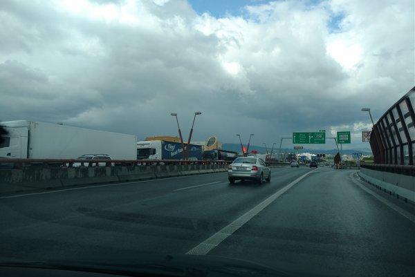 Dopravu na Prístavnom moste ochromila havária nákladného auta, ktoré prevážalo bazén.
