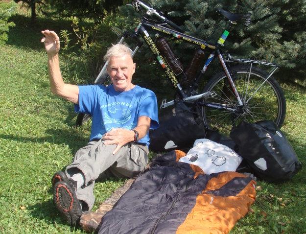 K svetobežníkovi patrí neodlučiteľne spacák a bicykel.