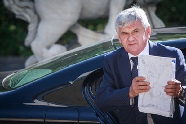 Problémov má veľa, premiér Jahnátka drží.