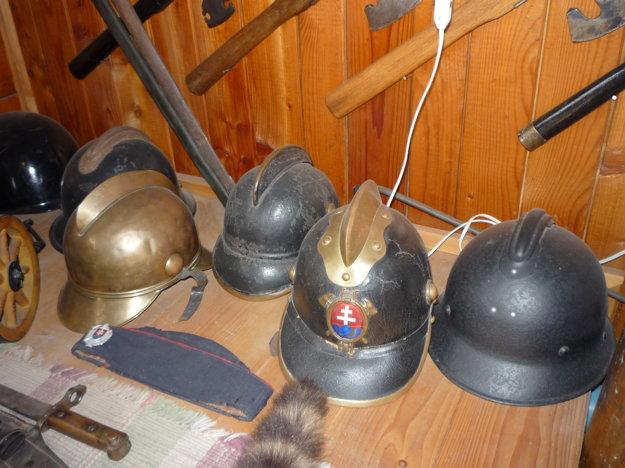 Súčasťou zbierky sú aj hasičské prilby zobdobia prvej Československej republiky aslovenského štátu.