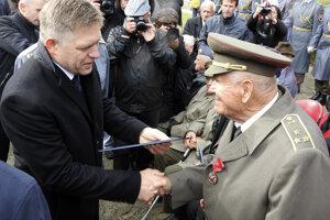 Na snímke vľavo premiér SR Robert Fico zdraví ocenených účastníkov pietneho aktu.