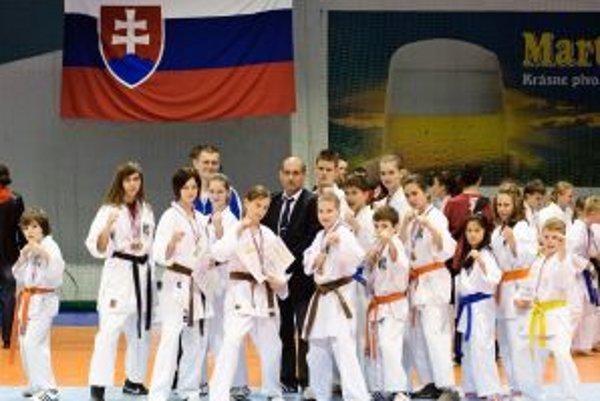 Karatisti KFŠ Prievidza so svojimi trofejami.