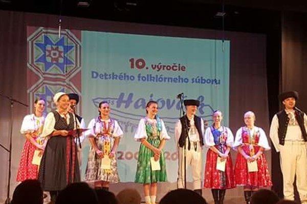 Súbor oslavoval výročie na pódiu.