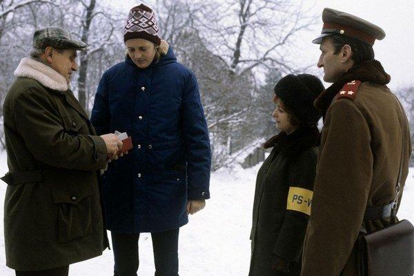 Policajní pomocníci dostali za socializmu na rukáv žltú pásku. Kontrolovali aj dlhé vlasy.