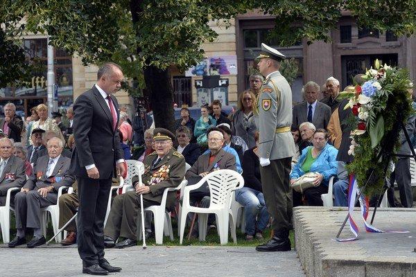 Prezident Kiska pri pamätníku SNP v Bratislave.