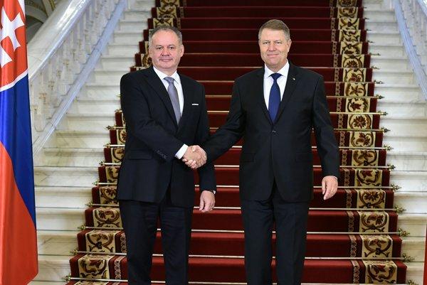 Rumunský prezident Klaus Iohannis (vpravo) a slovenský prezident Andrej Kiska.