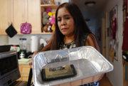 Žena z Honolulu ukazuje svoj zhorený Samsung Galaxy Note 7.