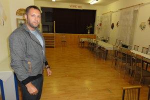 Viceprimátor Marek Holub v sále, ktorú budú mesiac opravovať.