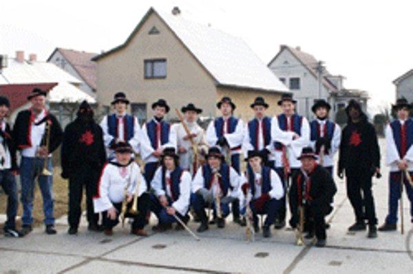 Oslavy začali fašiangovaním po dedine.