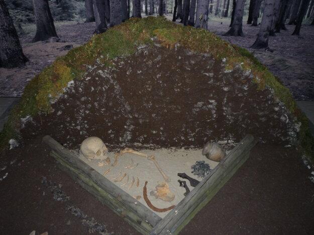 Výstava oživote Slovanov zahŕňala aj pochovávanie.