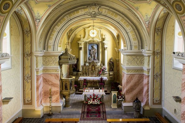 Interiér vynoveného kostola.