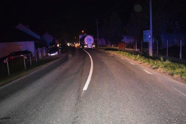 Nehoda sa stala na hlavnej ceste vedúcej cez obec.