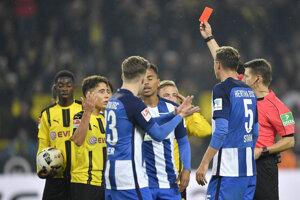 Zápas medzi Dortmundom a Herthou priniesol všetko - dva góly, dve červené karty i nepremenenú penaltu.