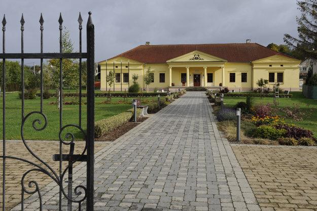 Budova obecného úradu, zrekonštruovaný bývalý kaštieľ.