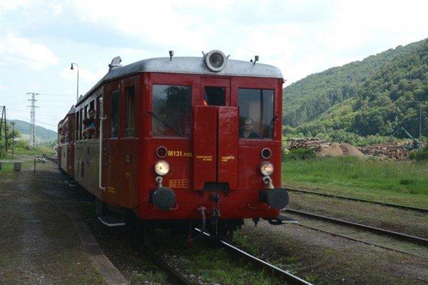 Hurvínek. Červený motoráčik typu M 131.