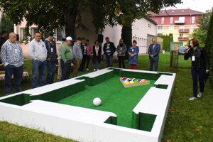 Seniori si schuti zahrali netradičnú hru FootPool.