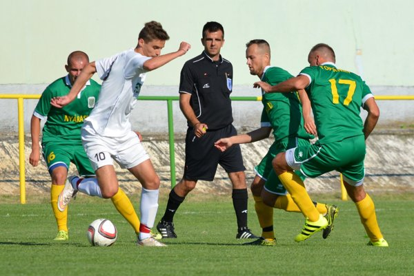 Futbalisti Topoľníkov (v zelenom) nezaváhali na ihrisku Trstíc.