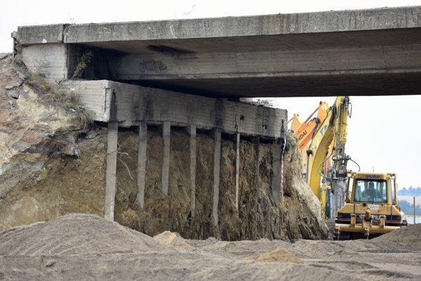 Búranie mostu na ceste I/61 pri Senci.
