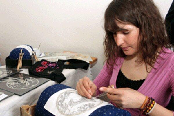 Lenka Čavojská z Poruby, ktorá študuje na Karlovej univerzite v Prahe čínštinu, má netradičnú záľubu - paličkovanie.