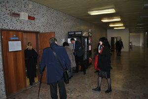Lazúrová pred pojednávacou sieňou. Účastníci sporu boli pustení do budovy súdu len tesne pred začiatkom pojednávania.