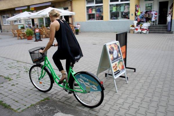 Zelené bicykle si ľudia v Prievidzi môžu požičiavať.
