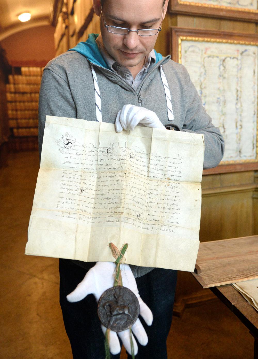 Archivár Martin Bartoš ukazuje najstaršiu košickú listinu z roku 1261. Je to donácia na územie Vyšných Košíc, od mladšieho kráľa Štefana V. Panovník v nej daroval územie Vyšných Košíc, severne od historického centra, košickým hosťom Semphlebenovi a Oblovi.