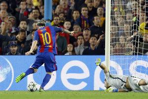 Lionel Messi prekonáva Claudia Brava.